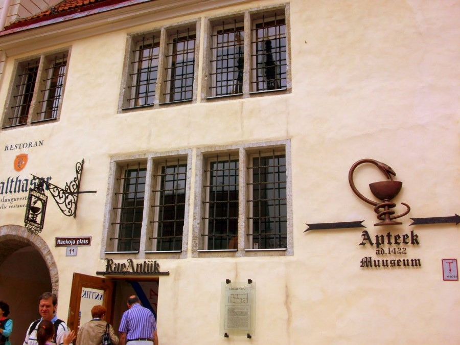 Raeapteek o farmacia municipal de Tallín (Estonia)