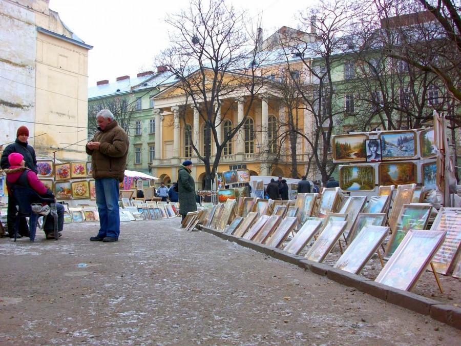 Mercado de cuadros, matriushkas, figuritas de cosacos y pieles, Lviv (Ucrania) (2)