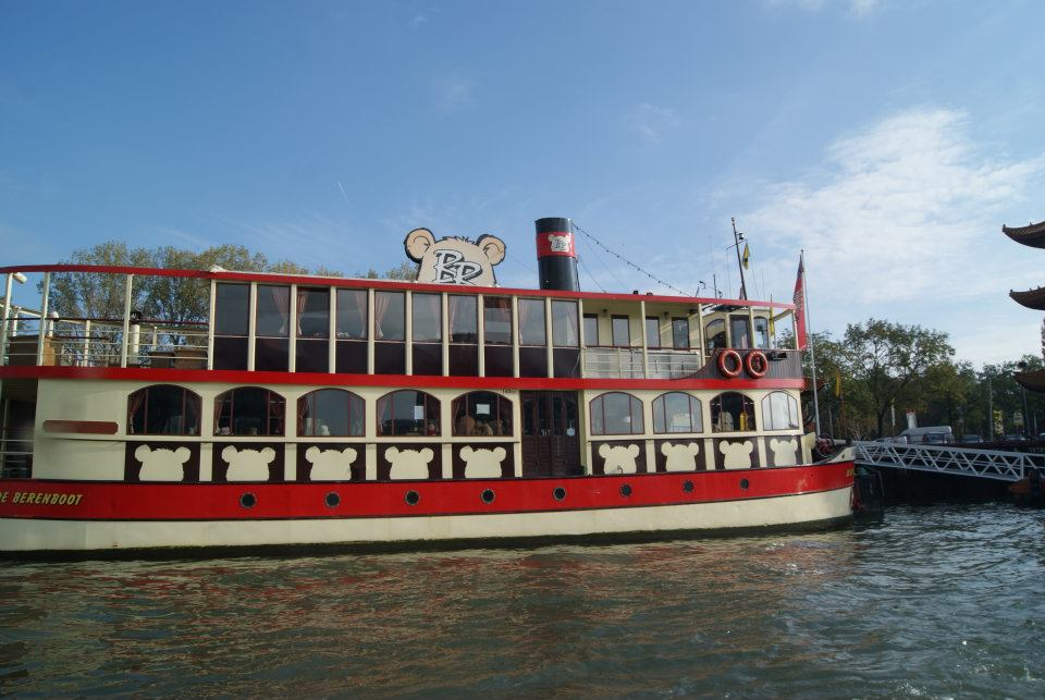 barco guardería en el río Mosa