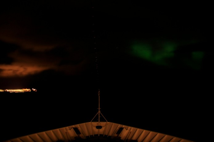 Intento semi-fallido de fotografiar una aurora boreal desde la proa del Nordnorge