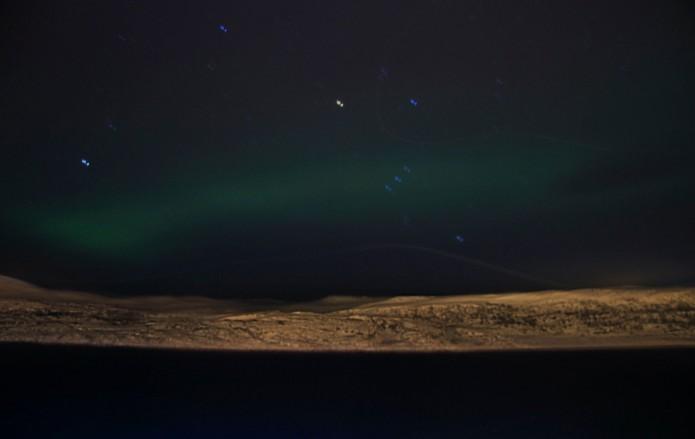 aurora boreal con el cinturón de Orión en el centro
