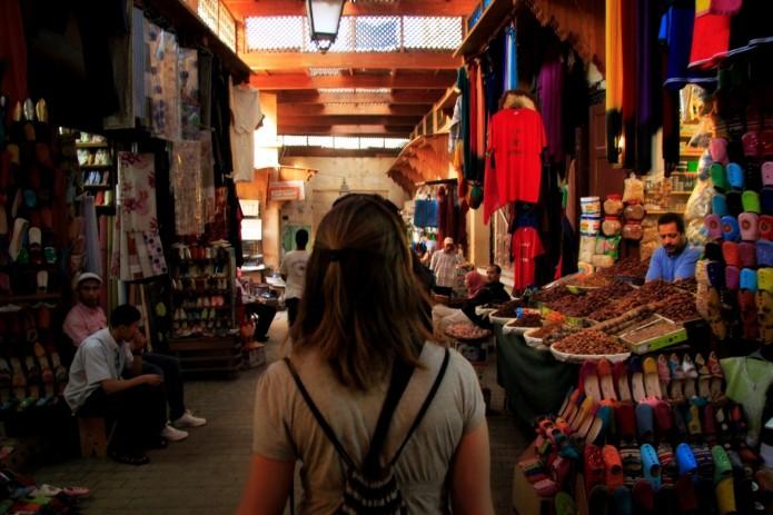 Inés de paseo por la Medina