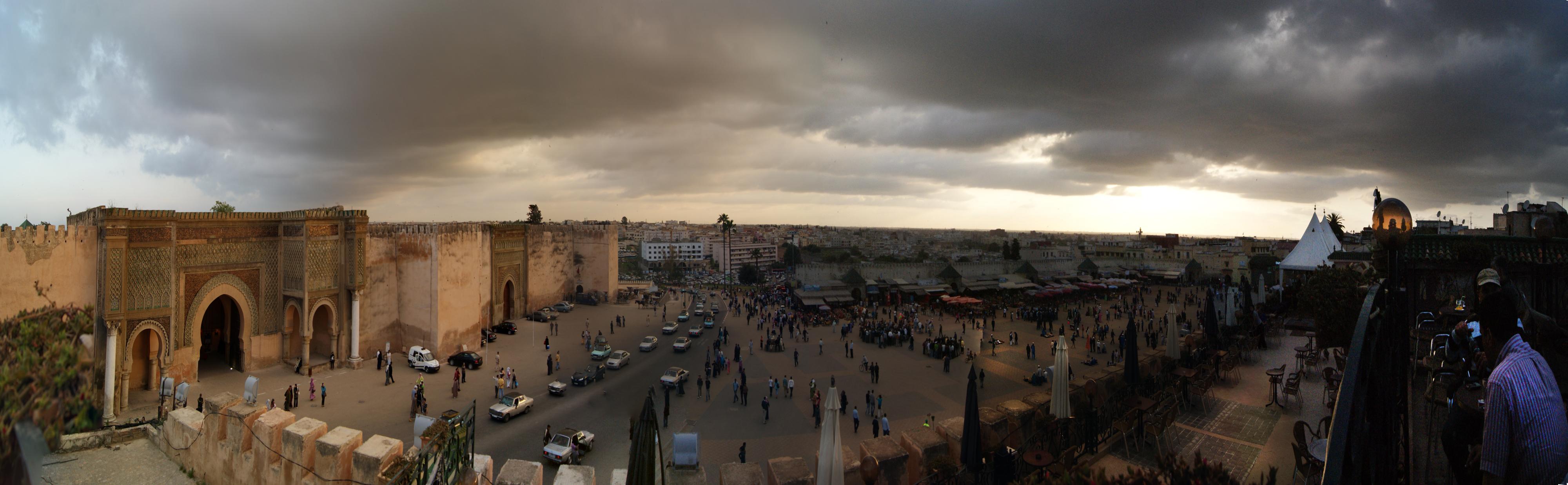 Bab-El-Mansour y la plaza El-Hedim desde una de las terrazas en la esquina de la plaza
