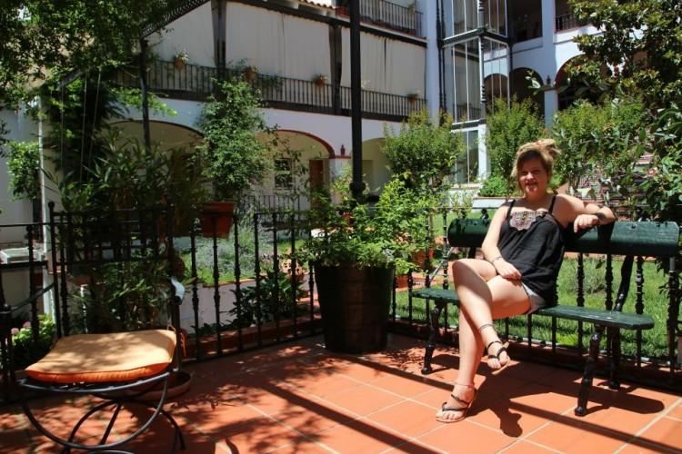 En el patio del Hotel Varinia Serena