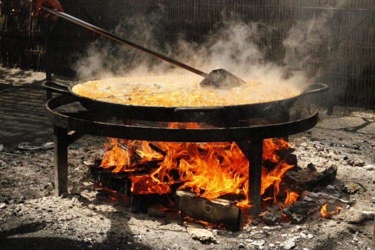 Paella en fuego de leña