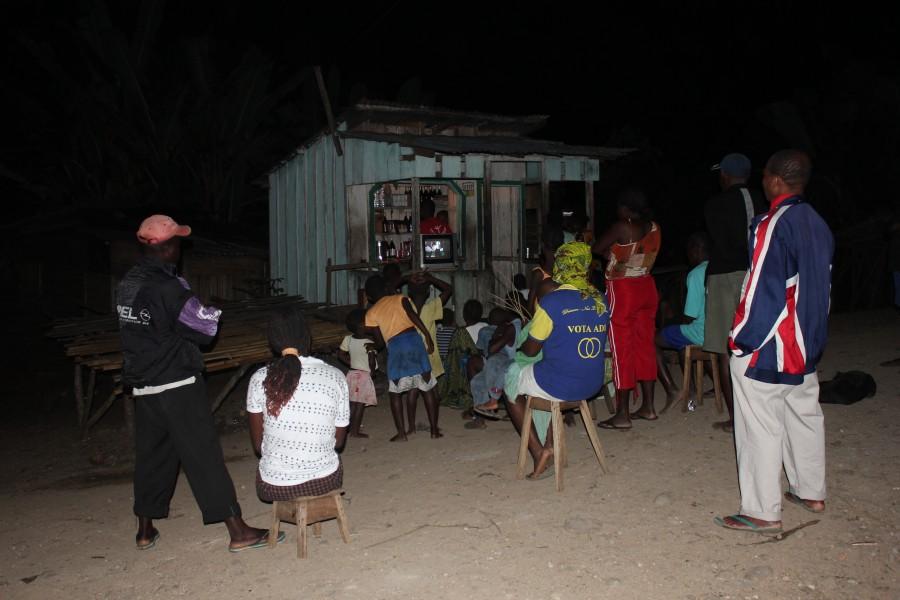 Africanos viendo una película