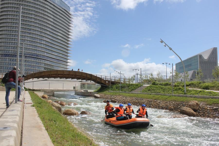 Rafting en el Parque del Agua, con la Torre del Agua de fondo