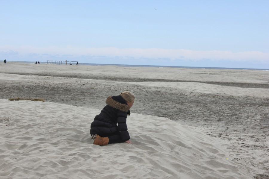 Una niña juega en una playa de Schiermonnikoog