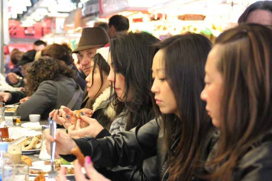 TURISTAS comiendo en Barcelona