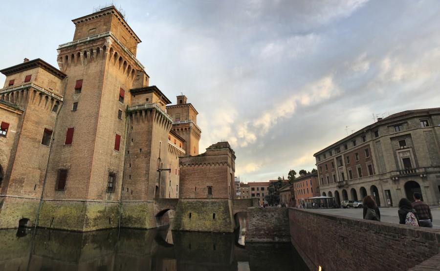 castillo rodeado de agua en ferrara