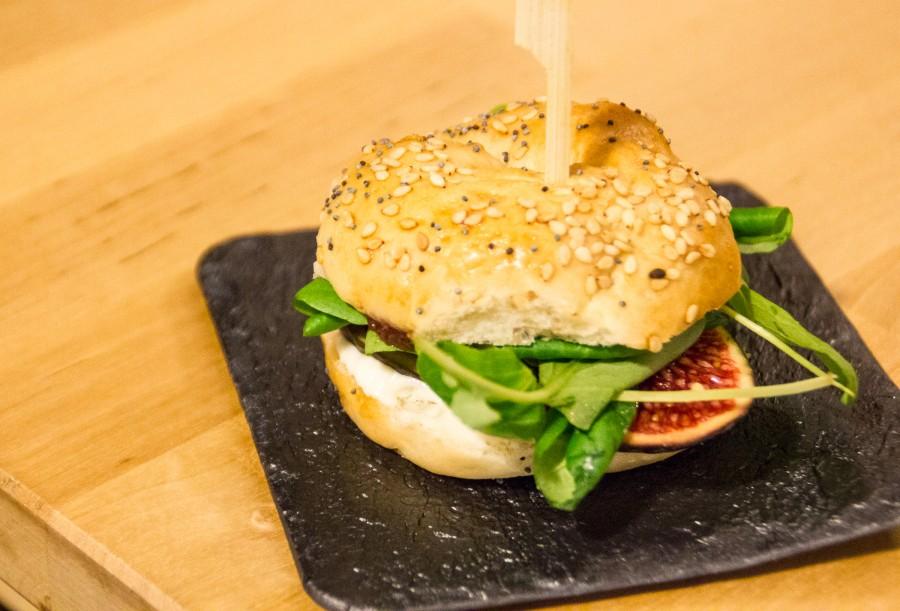 Baguel con queso de mahón y pan de higos
