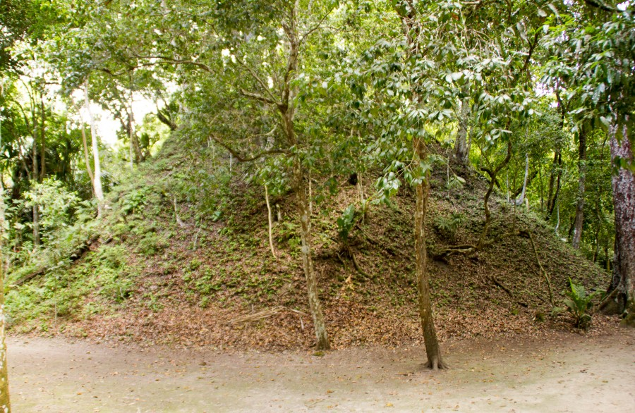 Una pirámide gemela sin desenterrar