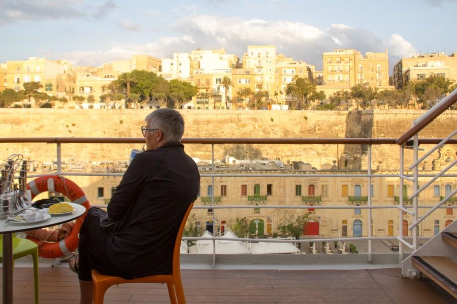 Desayunando con vistas a las galerías marítimas de Malta