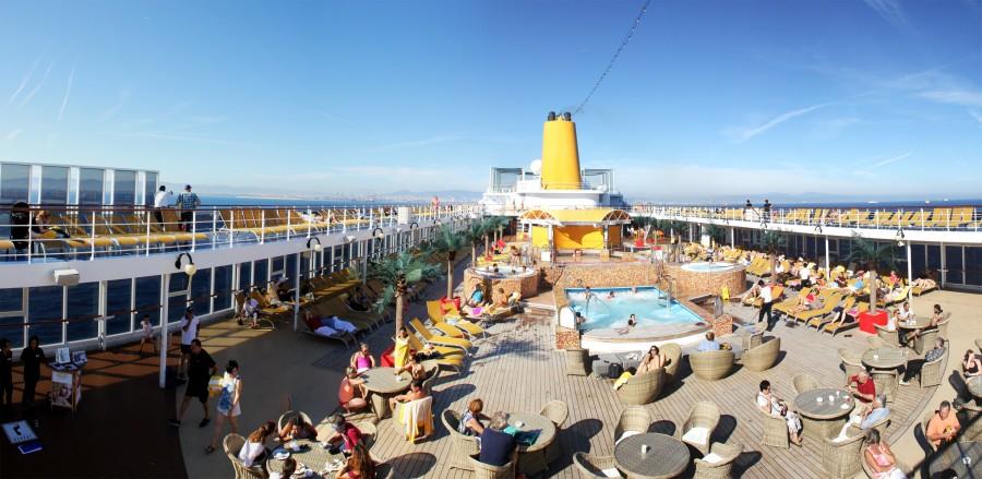 La cubierta del barco, con bar, jacuzzi, piscina, tumbonas, etc.