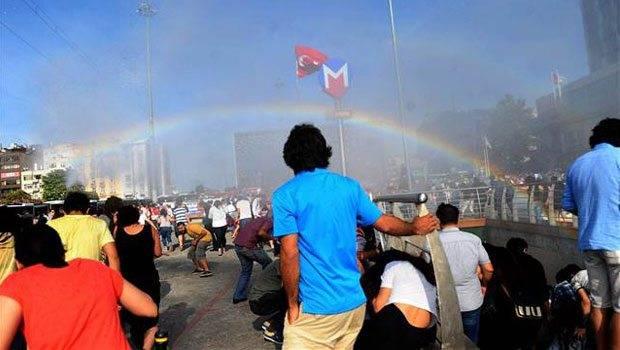 Espontáneo arcoíris cuando la policía turca intentaba disolver un desfile del orgullo con cañones de agua
