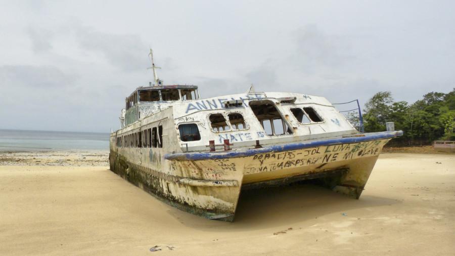 barco abandonado en  isla contadora