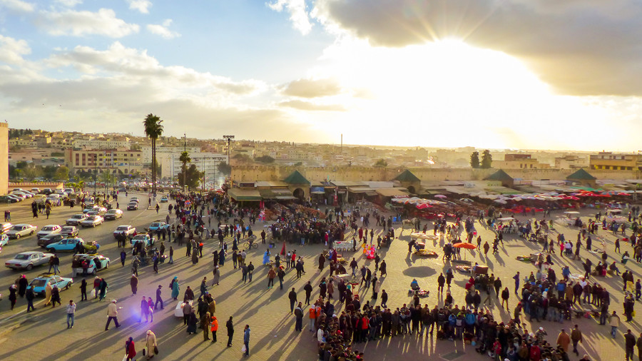 plaza el Hedim al atardecer meknes