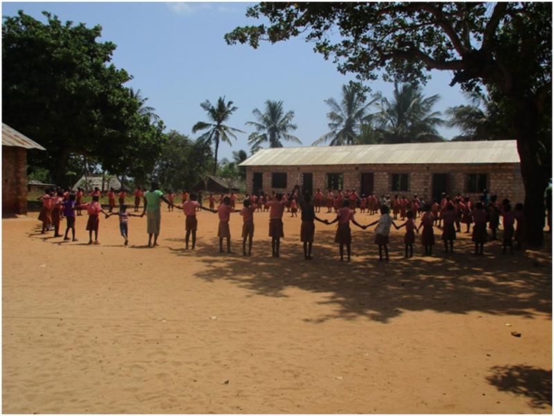 Compartiendo con niños en un colegio en Kenya