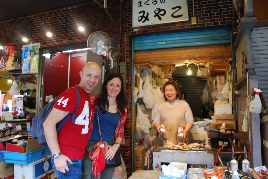 Comiendo en el Mercado de Tsukiji en Tokio