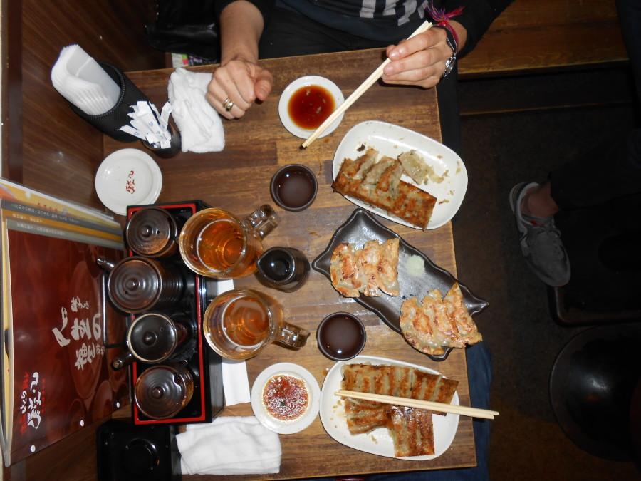 Gyozas y sake en Gion Kioto