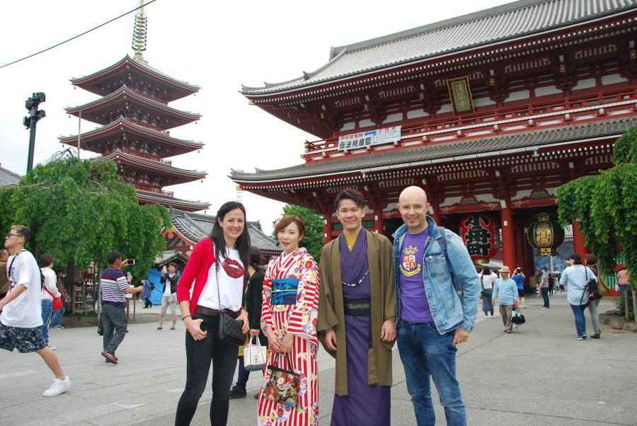 Haciendo amigos en el templo Senso-ji en Tokio