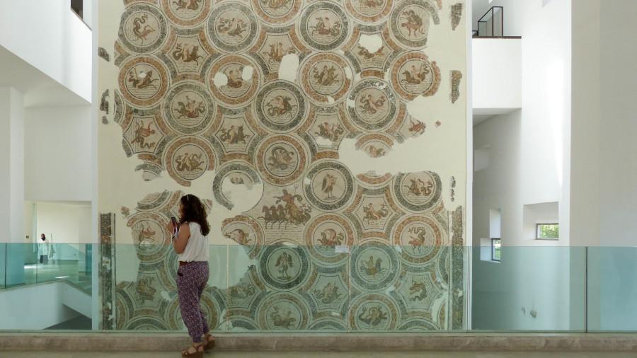 Mosaico que representa a las víctimas del museo del Bardo