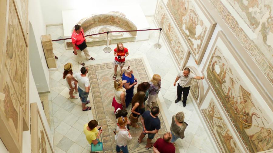 Turistas en el Museo Nacional del Bardo
