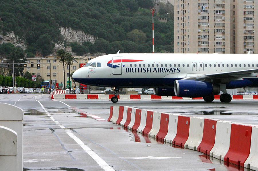 El avión pasa a 500m del centro