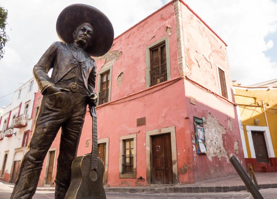 """Casa y estatua de José Negrete """"el charro cantor"""""""