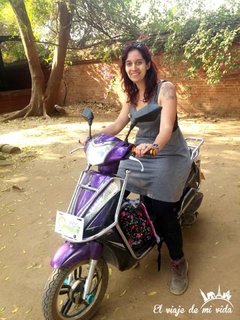 Probando la moto en Myanmar